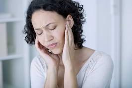 Durere de ureche: Cand sa ne ingrijoram? Cauze, Simptome & Tratament