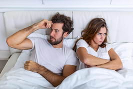 Dormitul în paturi separate - benefic sau nu pentru cuplu?