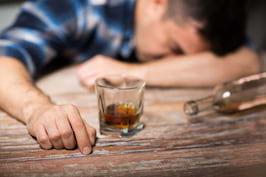 Alcoolismul, provocat și de o căsătorie timpurie [studiu]