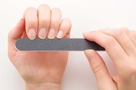 Ai unghiile crăpate? Iată câteva cauze posibile