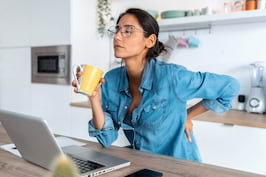Work from home versus lucrul la birou. Cum facem față durerilor de spate?