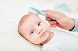 Crustele de lapte la bebeluși: soluții și când să mergi la medic