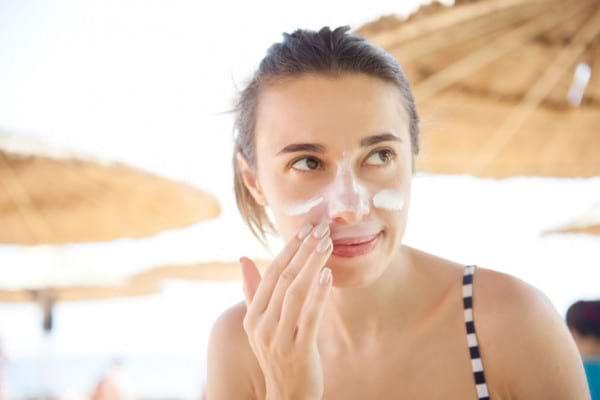 Acneea și soarele: ce reguli să respecți pentru a proteja tenul acneic la plajă?