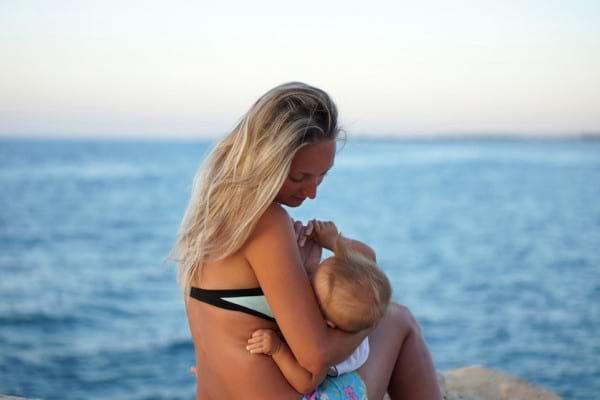 Pleci in vacanta cu bebelusul si alaptezi? Sfaturi ca sa scapi de griji