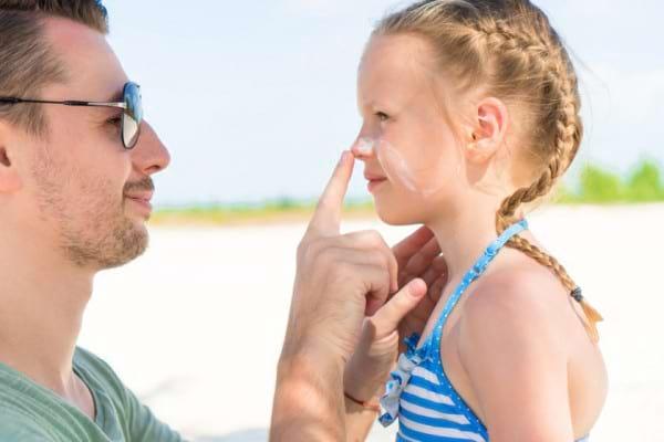 Arsurile solare la copii lasa urme pentru tot restul vietii! Cum le previi