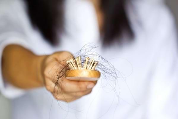 Căderea părului: alimentele care previn, dar și care tratează această problemă