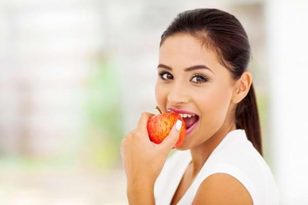 slabesti mancand doar fructe