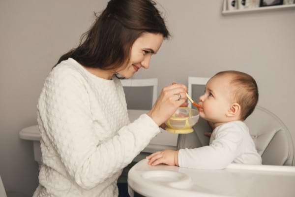 Ceapa si usturoiul in alimentatia copiilor: cand le introduci si cum le prepari