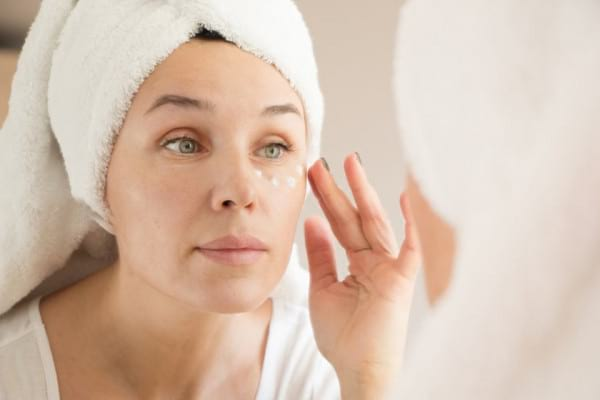 Cremele pentru conturul ochilor: ce substante sunt eficiente impotriva cearcanelor si ridurilor