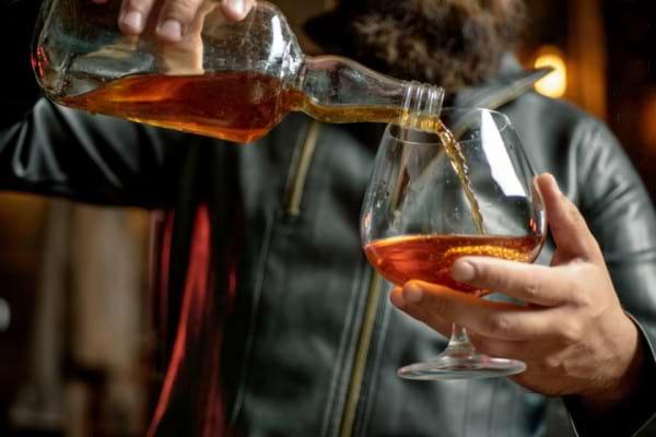 Cum recunoastem dependenta de alcool la o persoana apropiata