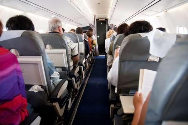 Calatoria cu avionul: cum reduci riscul de imbolnavire