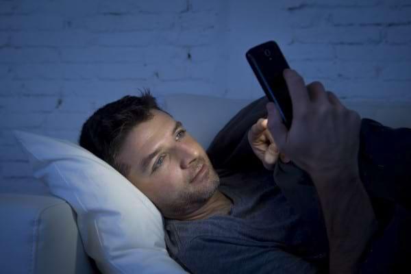Cum te imbatraneste lumina albastra emanata de ecranele digitale?