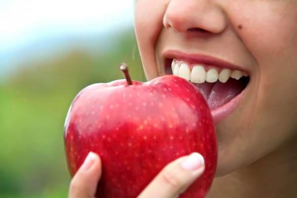 Eroziunea dentară: cum să ne protejăm dinții de atacul acid din legume și fructe