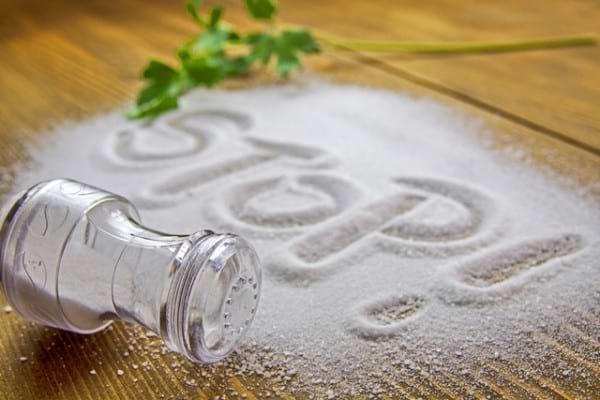 Cum îți dai seama că folosești prea multă sare: 6 simptome care te dau de gol