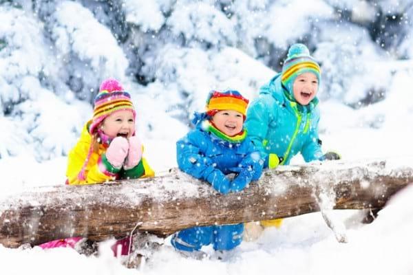 De ce este joaca în zăpadă sănătoasă pentru cei mici