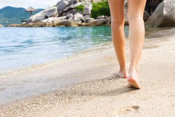 Ce beneficii are mersul pe nisip, dacă ești desculț?