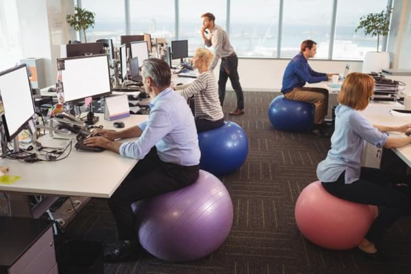 Mingea de fitness pe post de scaun de birou - este sau nu benefica?