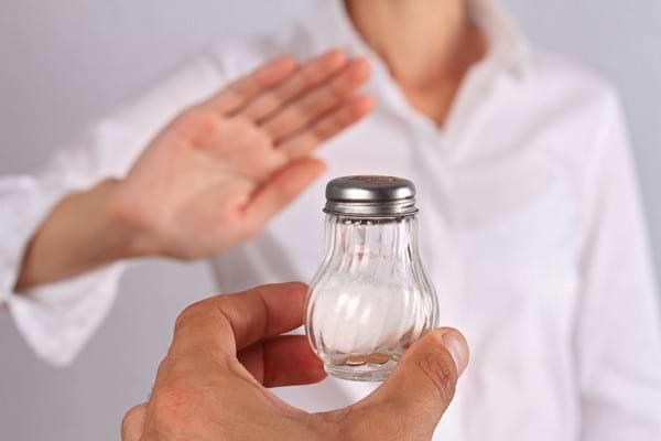 Pacientii hipertensivi continua sa consume prea multa sare