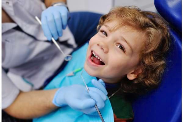 Ce probleme dentare pot să apară la bebeluși și la copiii mici