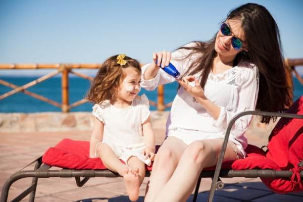 Protectia solara la bebelusi, copii si adolescenti, in functie de varsta