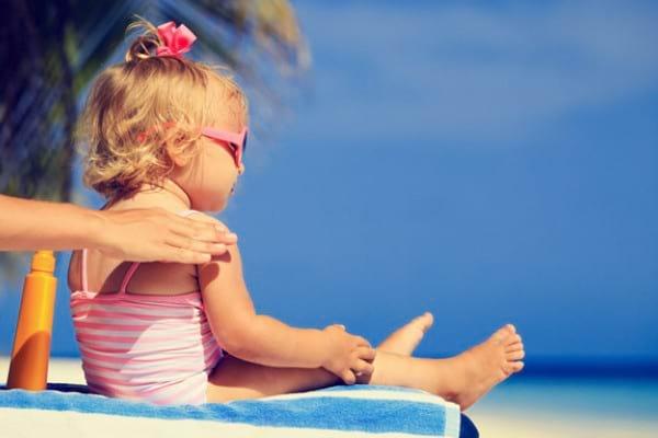 Protejarea copiilor de razele solare: ce reguli trebuie sa respectam?