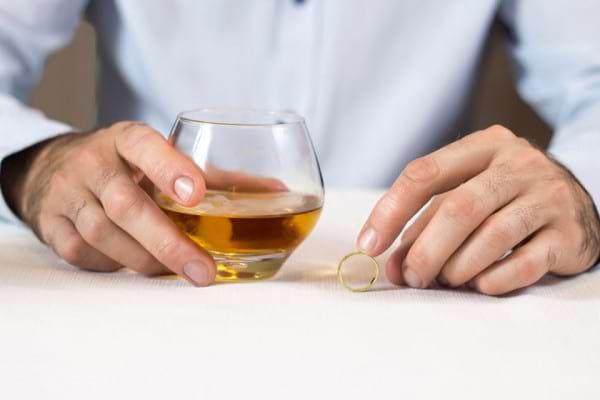 La ce riscuri se expune pacientul cu colita ulcerativa cand consuma alcool