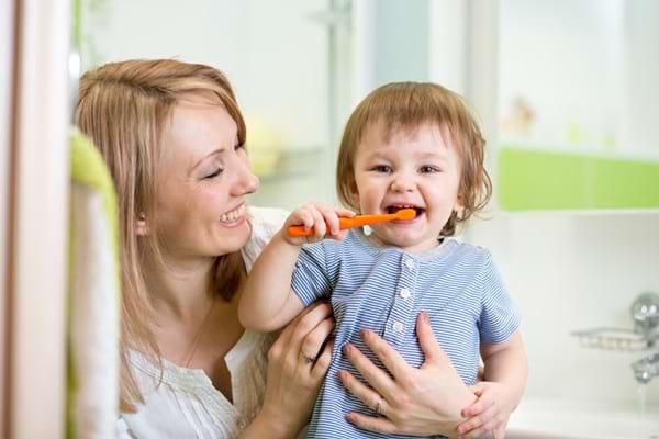Cum să îți convingi copilul să se spele pe dinți