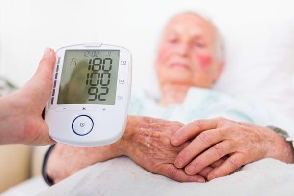 Studiu: Hipertensiunea la o varsta inaintata ar putea avea beneficii?