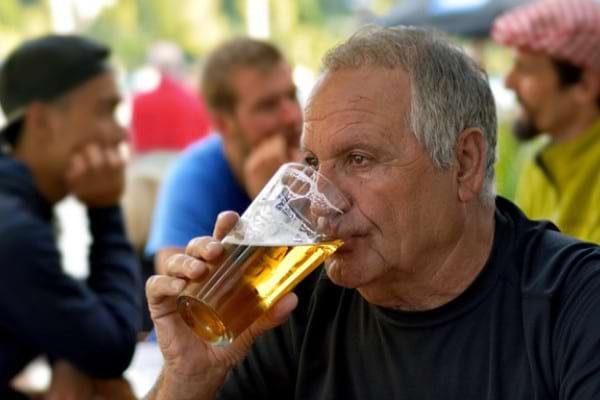 Studiu: Pacientii cu hepatita C, mai predispusi sa consume alcool