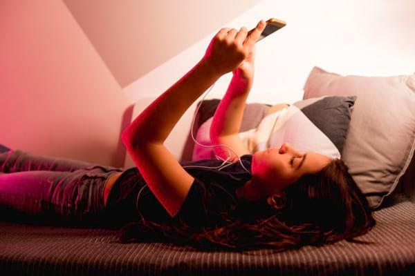 Ce riscuri are copilul tau daca sta cu ochii in ecranul telefonului inainte de culcare [studiu]