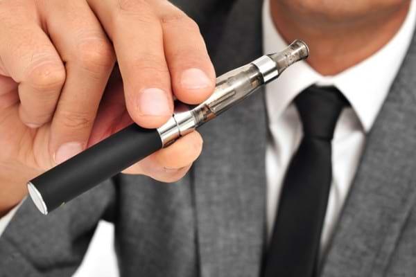 Ce efecte au tigarile electronice cu nicotina: accentueaza rigiditatea arterelor si cresc tensiunea arteriala