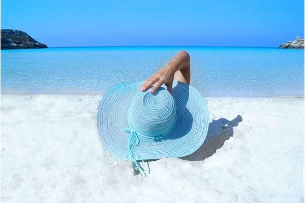 Topless: riscuri si avantaje ale expunerii sanilor la soare