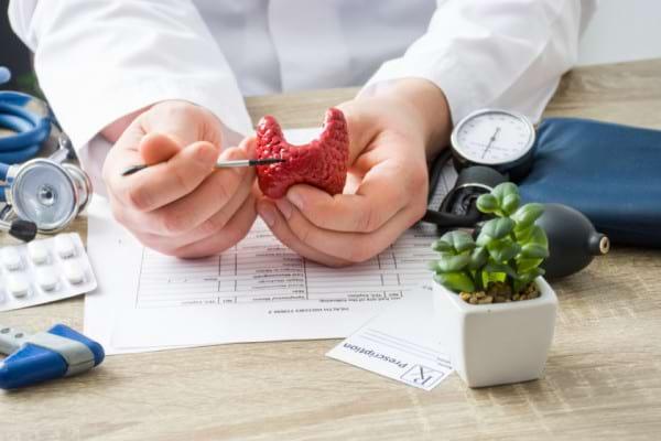 Tratamentul pentru hipertiroidism: medicamente, interventii chirurgicale si stil de viata