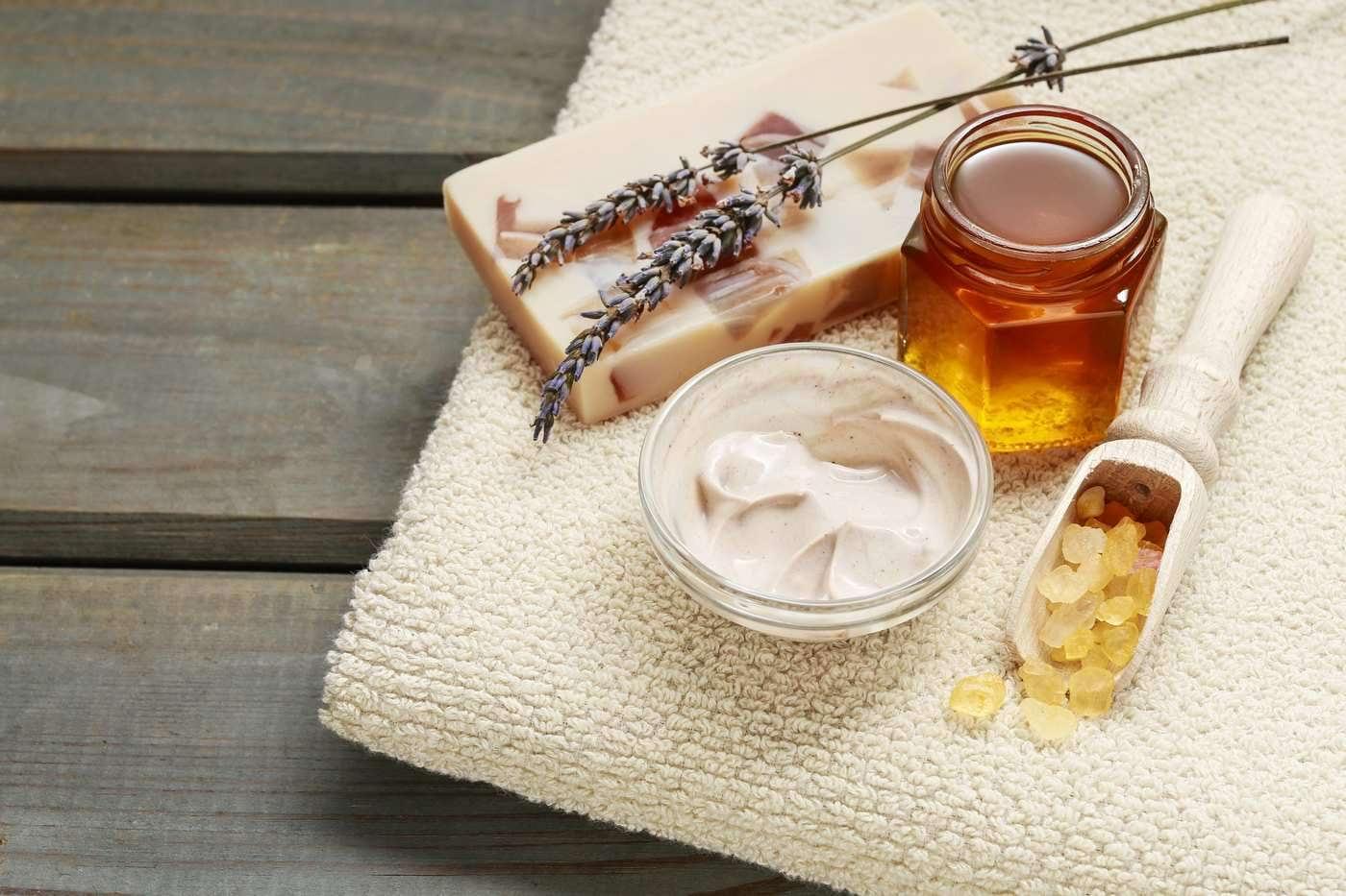 Cosmeticele naturale cu miere, beneficii pentru ten, buze și păr
