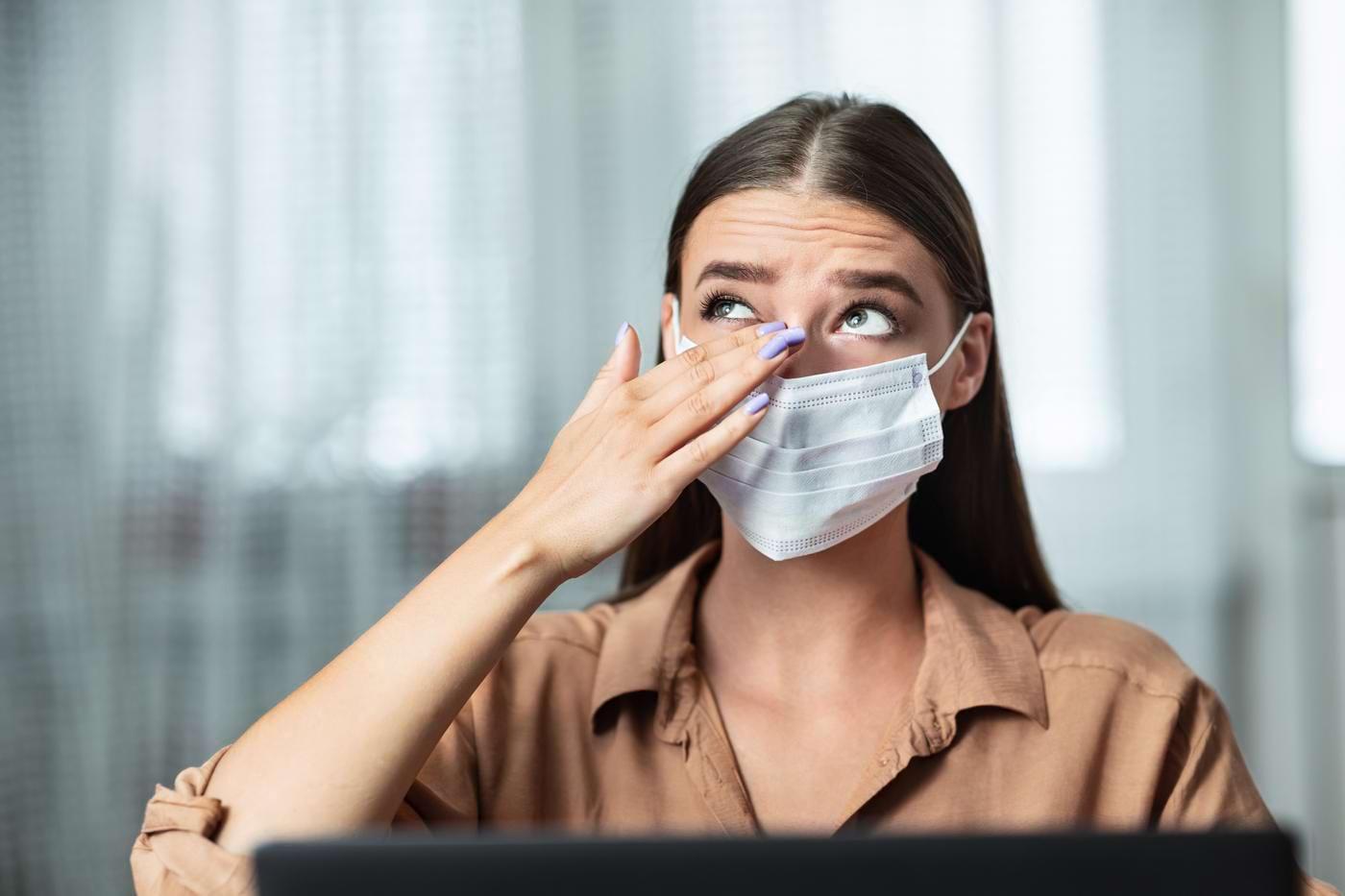 Cum să eviți să îți atingi fața, pentru a te proteja de virusul SARS-CoV-2