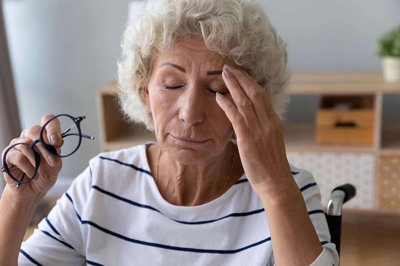 Pierderea auzului și diminuarea vederii cresc riscul de demență [studiu]