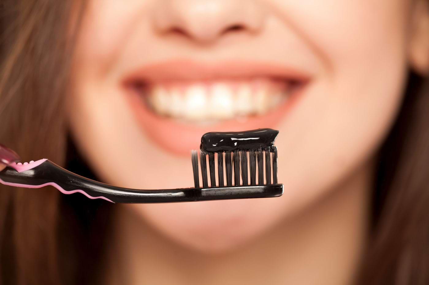 Albirea dinților cu pudră de cărbune activ - Are efect?