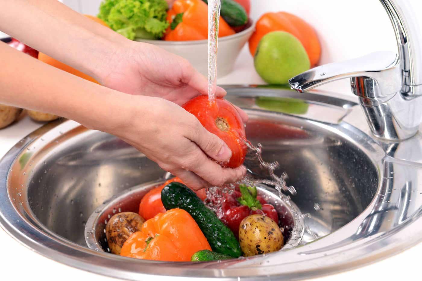 Cum se spală corect fructele și legumele
