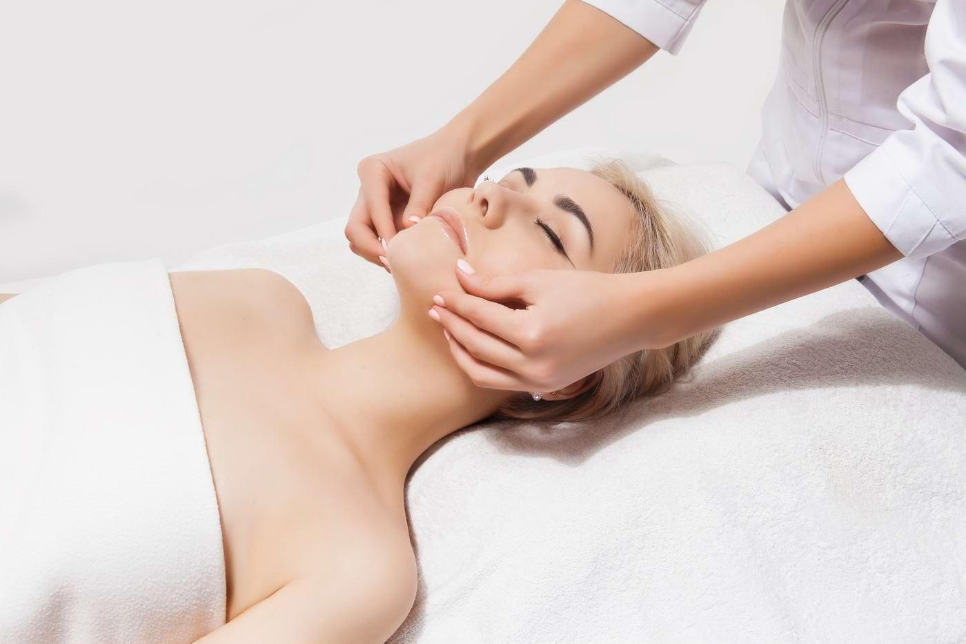 Care sunt beneficiile masajului facial