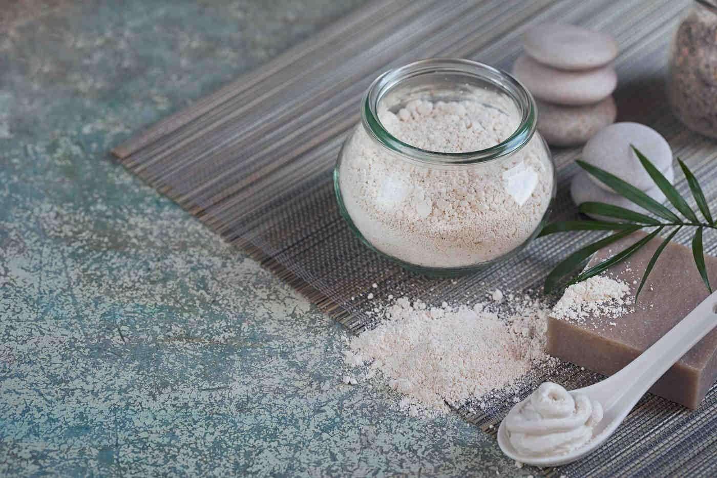 Pudra de argilă albă - beneficii pentru piele și dinți