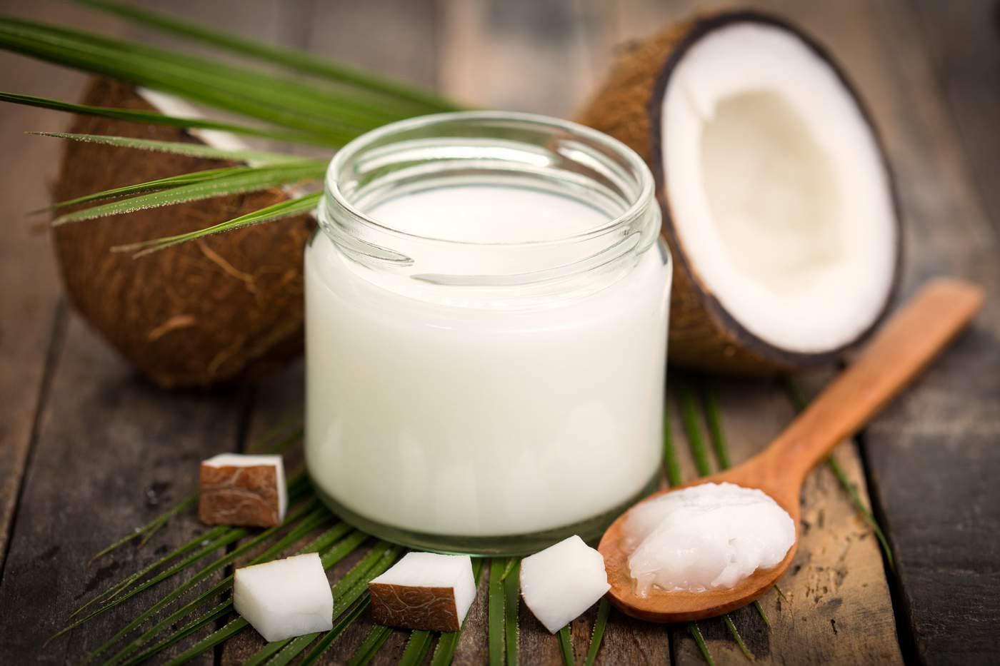 Uleiul de cocos pentru piele și păr: când și cum poți să-l folosești