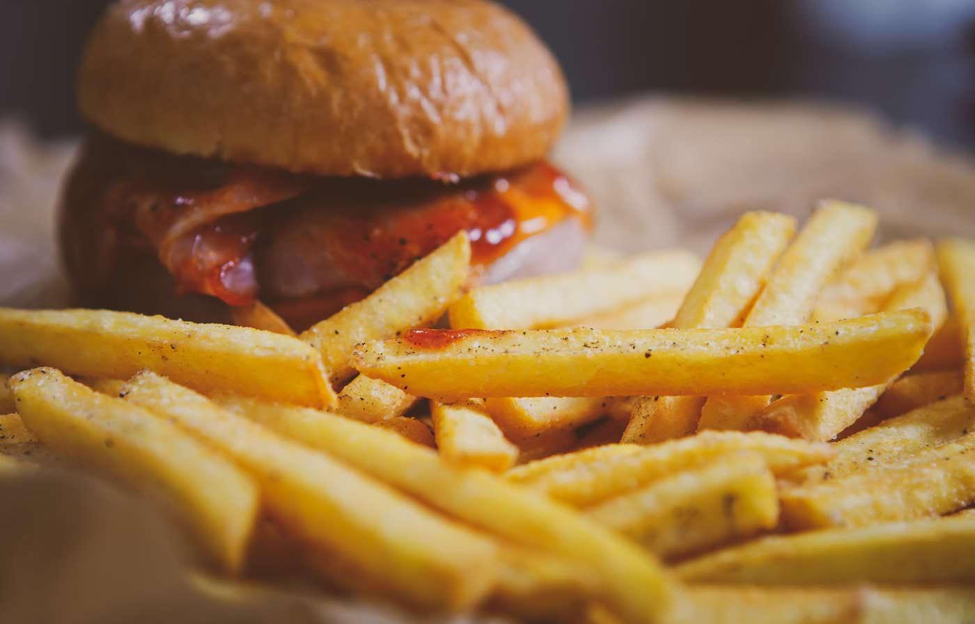 Consumul de alimente bogate în grăsimi saturate scade atenția și concentrarea [studiu]