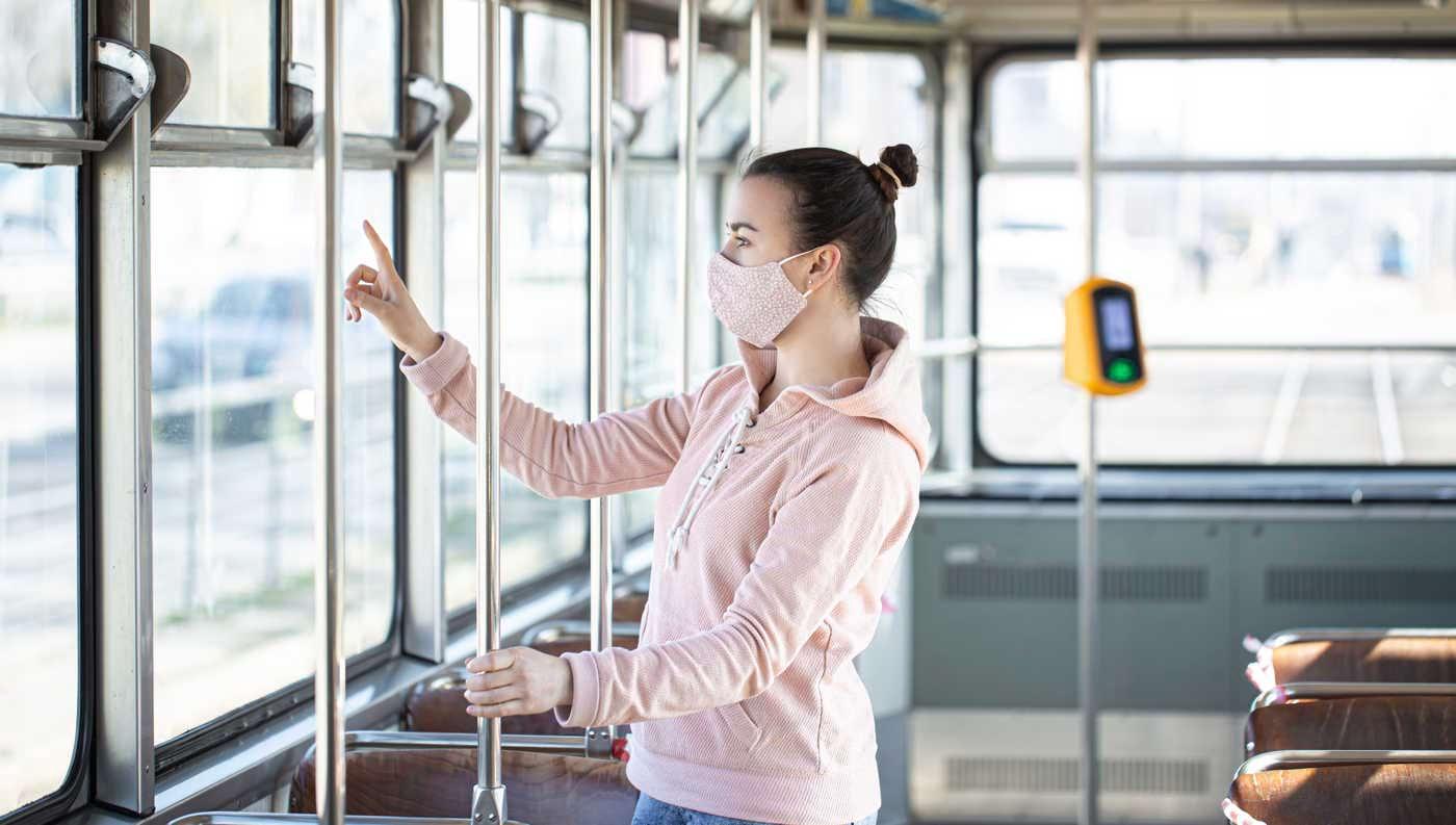 Cum te ferești de Coronavirus pe stradă și în mijloacele de transport