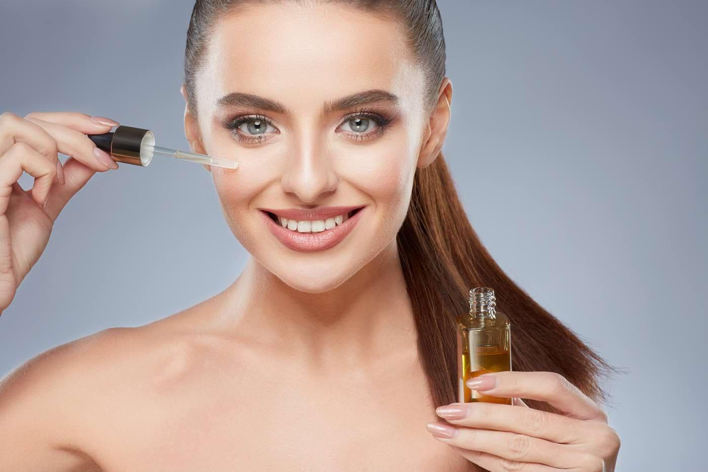 Cum te pot ajuta uleiurile faciale să ai un ten tânăr, fără riduri