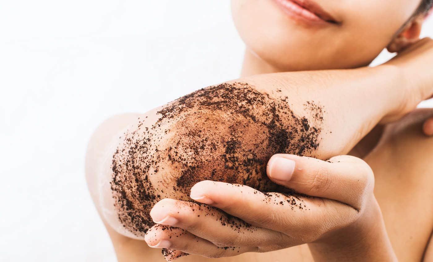 Zațul de cafea: cum îl folosești pentru o piele fină