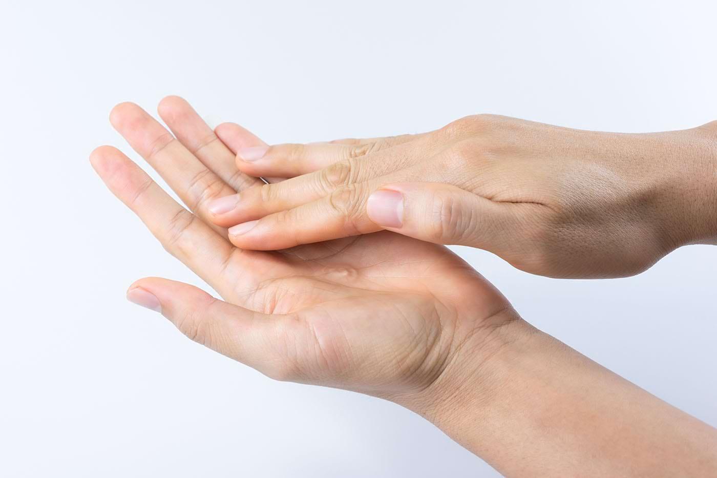 Igienizarea - măsură de protecție anti-COVID. Cum poți trata iritațiile de pe mâini