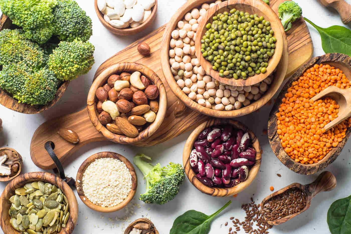 Veganii și vegetarienii slăbesc mai ușor fără să numere calorii