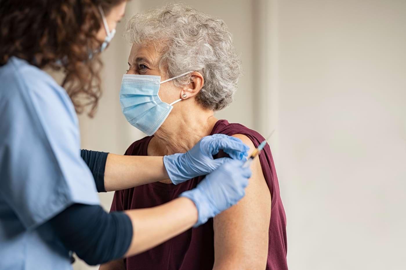 Ce efecte adverse pot avea vaccinurile anti-COVID-19?