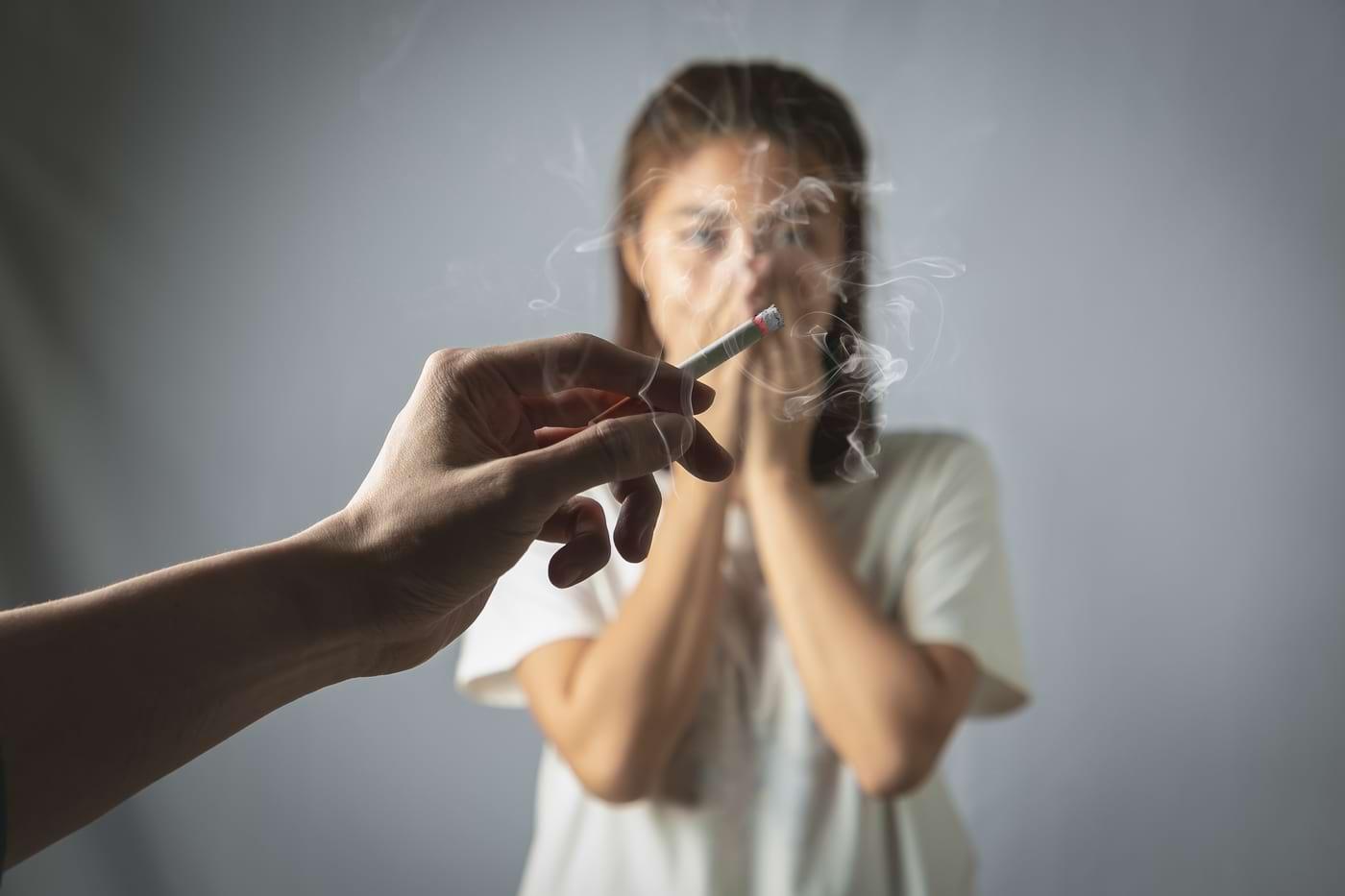 Fumatul la mana a treia: in ce mod iti afecteaza creierul si ficatul