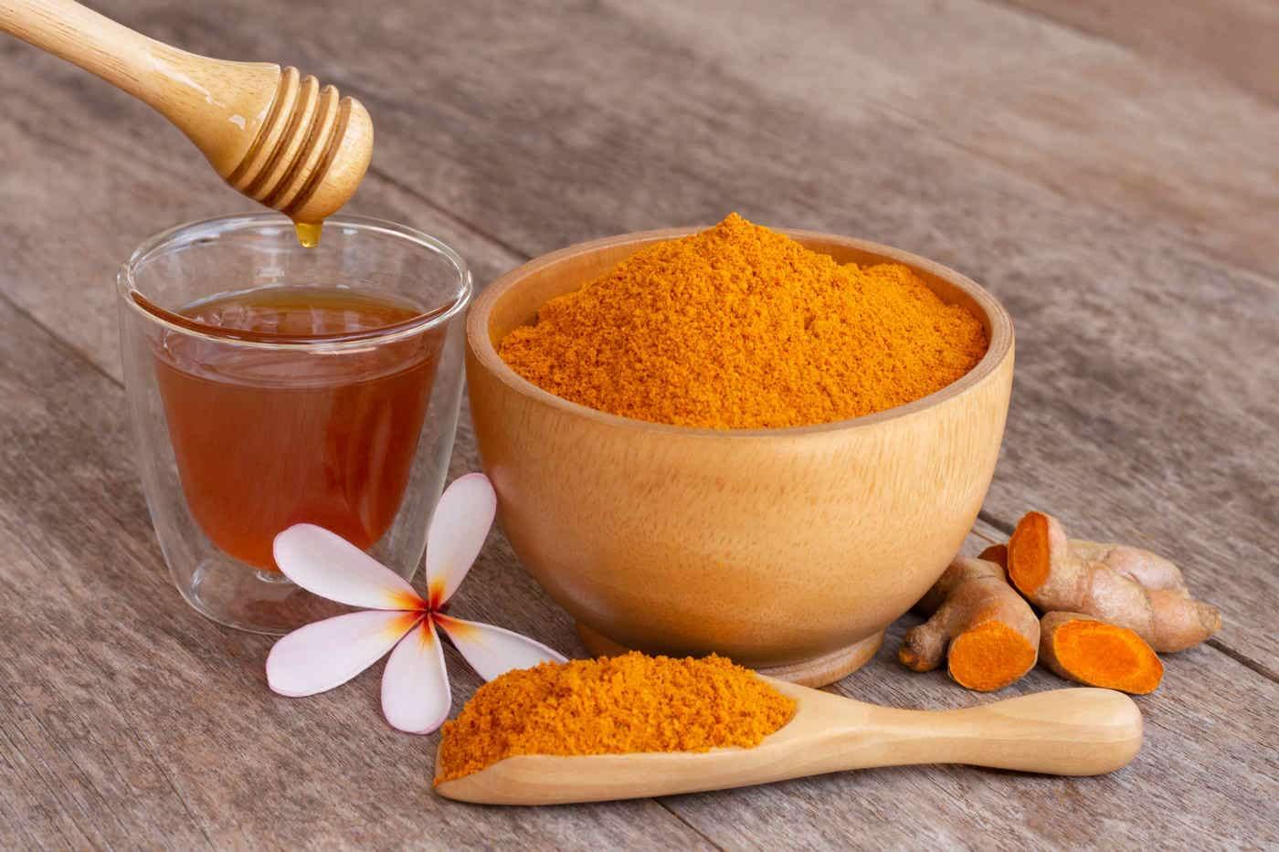 Turmeric cu miere, un duo eficient împotriva răcelii